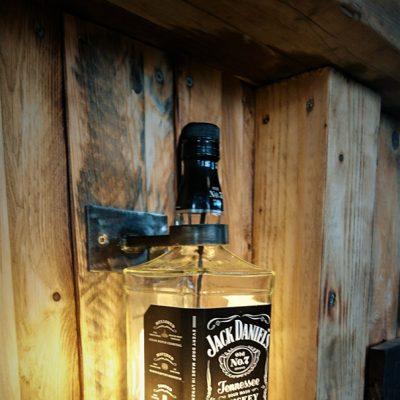Wandhalter Abgebildet mit einer 1,5 l Flasche.  Passgenaue Befestigung durch Ring und Haltekrallen. Rückseitig mittels M8 Verschraubung zu öffnen.  Beleuchtungszuleitung teils versteckt. 5 Watt LED