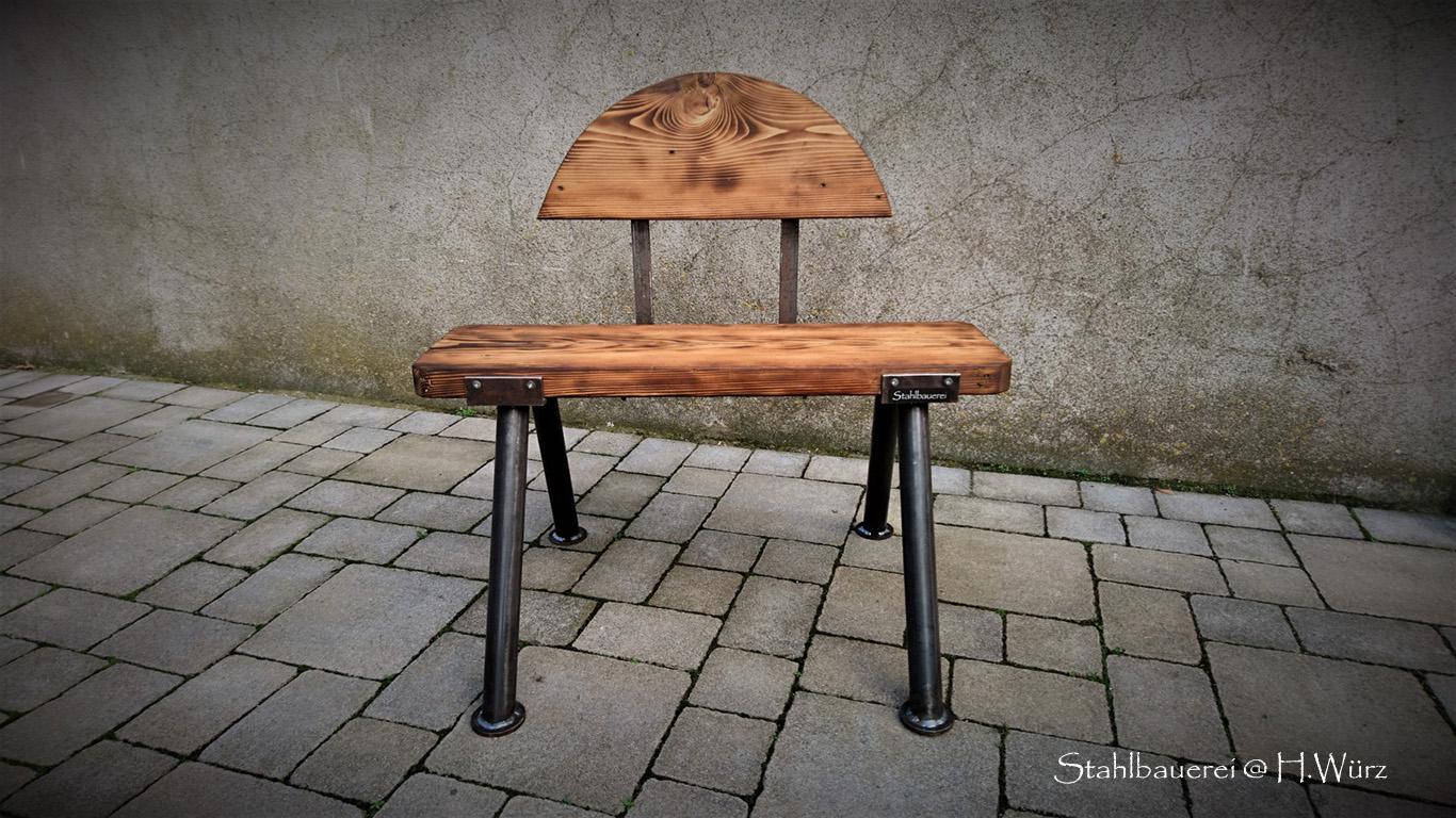80cm breit, 45cm hoch, eine einfache Sitzgelegenheit