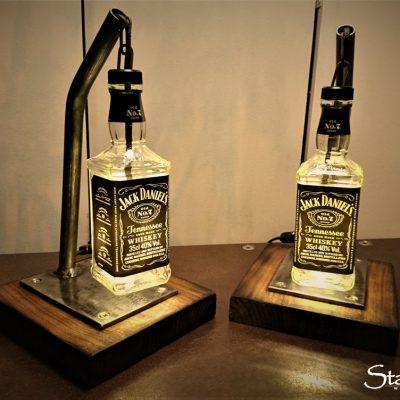 Jacks Sleeplamp 2 kleine Nachttischleuchten 30cm hoch. 0,35 l Jack auf Nußholz. 3 Watt Schummerlicht warmweiss.