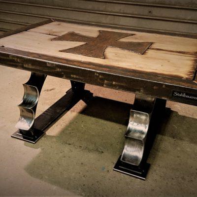 100 x 70 cm Platte bestehend aus 60 x 60mm Vierkantrohrrahmen und aufbereitetem Altholz. Mittig ins Holz eingelassenes Ironcross. Tischbeine aus aufgearbeiteten Toras-Segmente. Tischhöhe 45 cm.